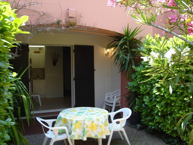 Studio rez de jardin : 25 M² + 30 M² de jardinet, avec parking privé