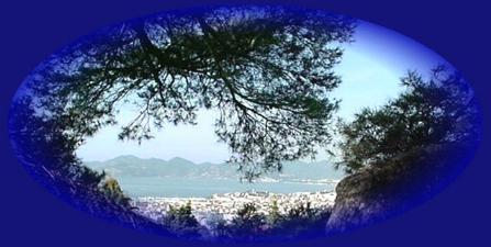 """Baie de Cannes : au centre """"Le Suquet"""" et la vielle ville, en arrière plan """"L'Estérel"""". Pour visiter les appartements, cliquez sur la photo."""